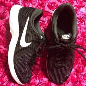 Women's Nike Revolution 4 Black / White Shoes